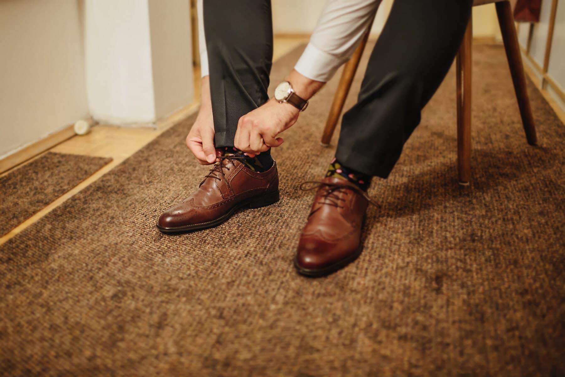 靴, 男, 革, クラシック, 明るい茶色, 椅子, 座っています。, 履物, 靴, カバー