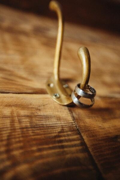 metalli, messinki, ripustin, kultainen hehku, vihkisormus, kultaa, roikkuu, vuosikerta, vanha, hämärtää