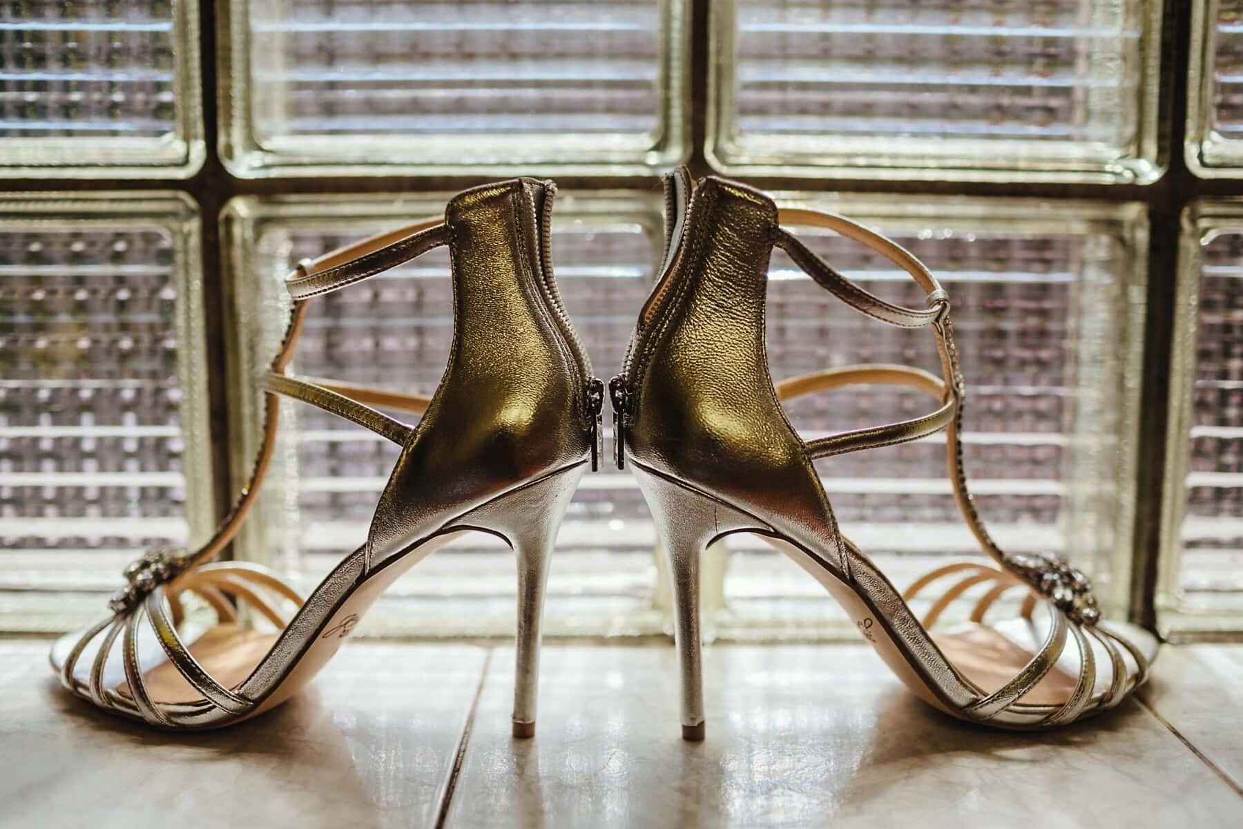 gyllene glöd, sandal, klackar, skor, fint, glamour, lysande, dyra, skor, mode