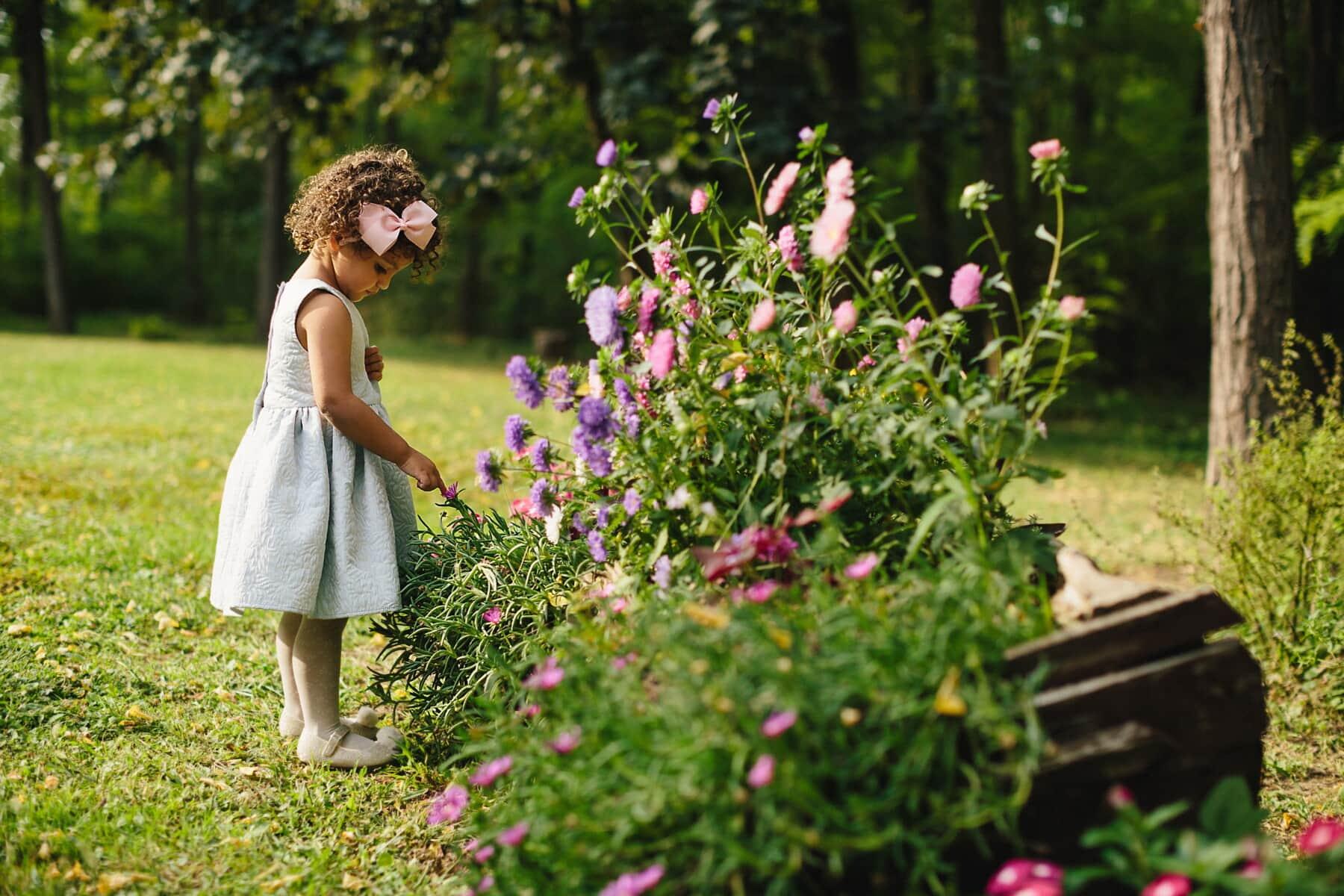 jardin fleuri, adorable, Jolie fille, jeune fille, fantaisie, jeune, enfant, robe, bénéficiant, coiffure