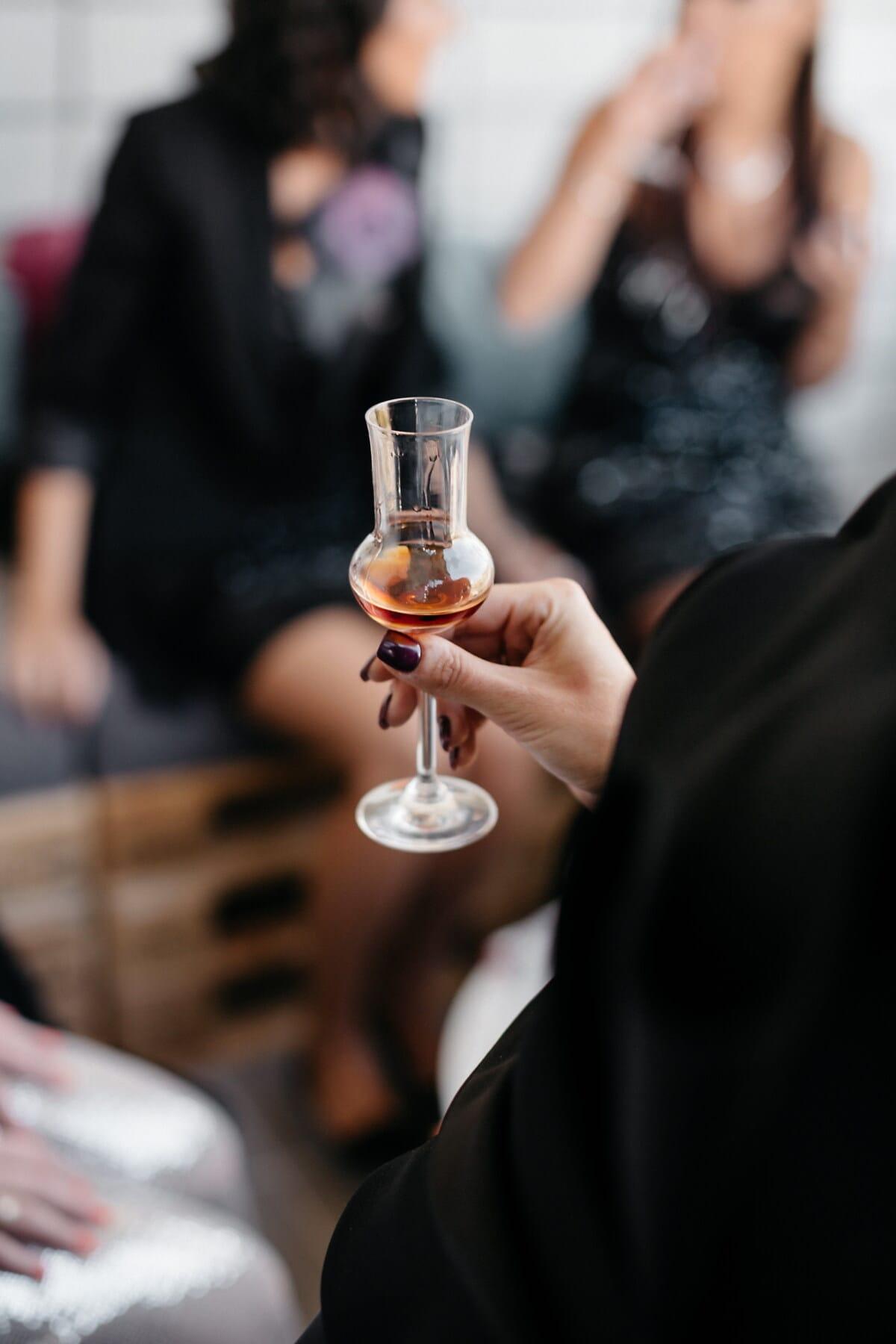 bénéficiant, femme, Holding, vin rouge, verre, vin, alcool, boisson, gens, à l'intérieur