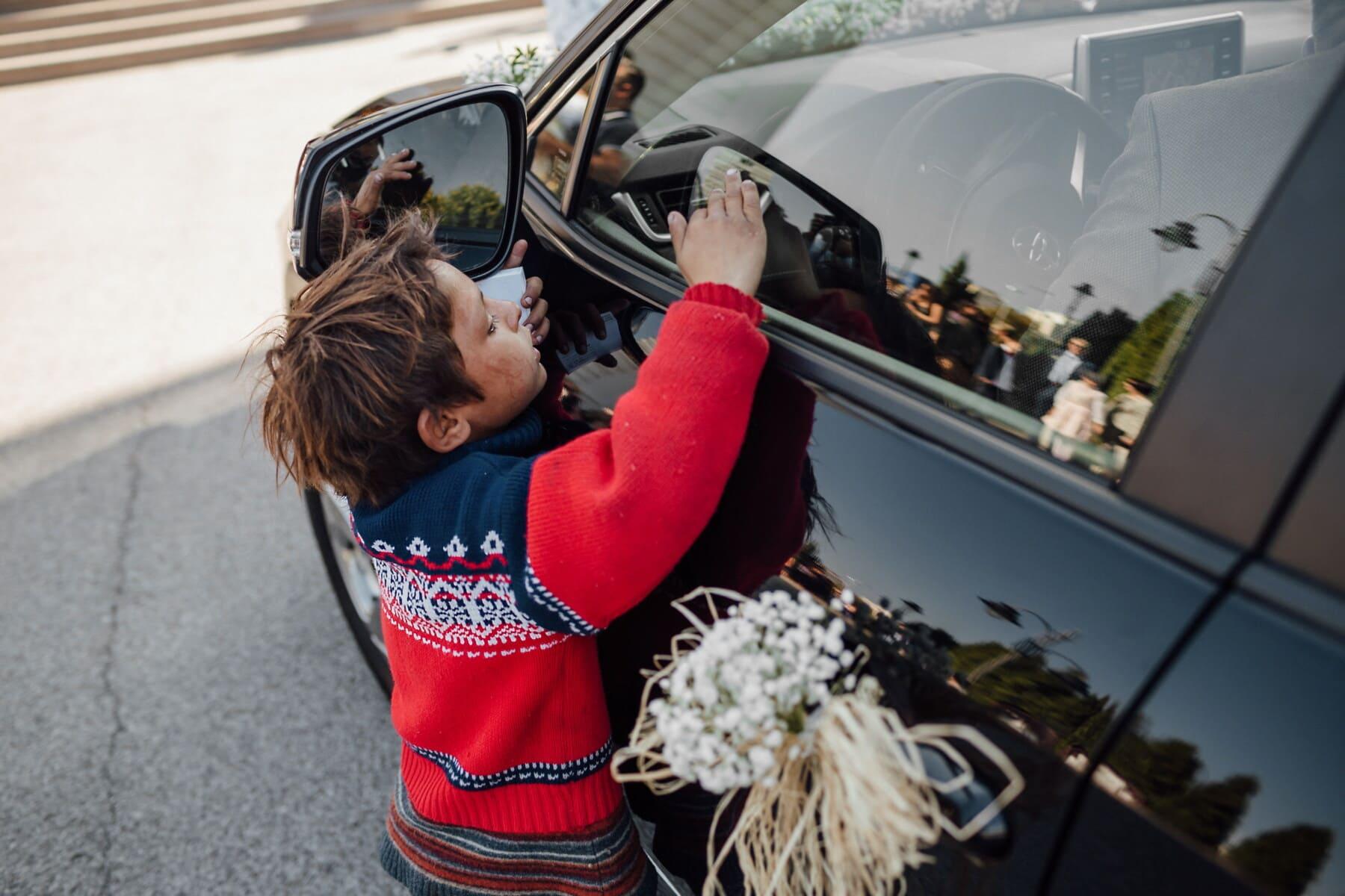 cigan, dijete, siromaštvo, prosjak. auto, automobil, vozila, ulica, cvijet, portret