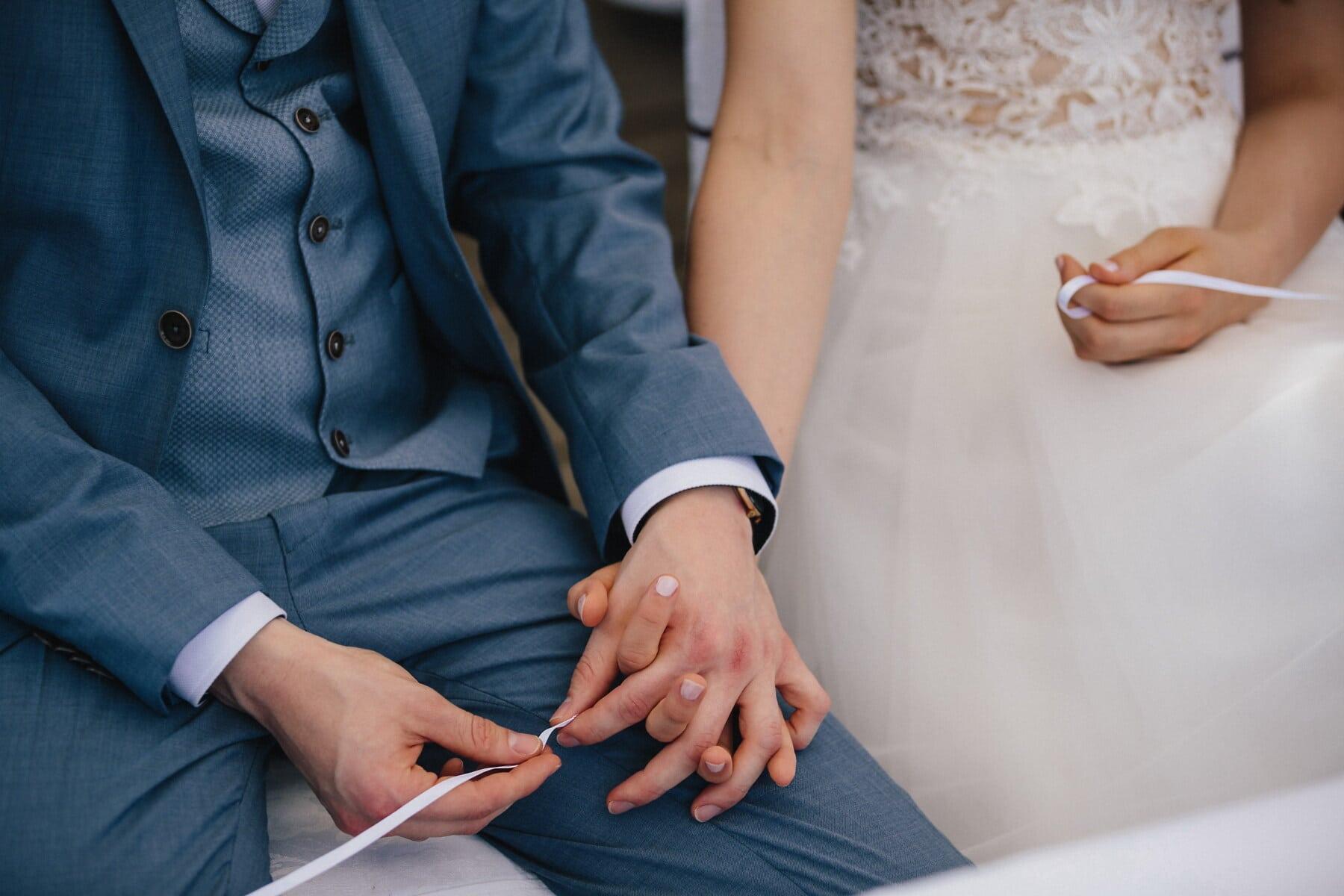 Händchen halten, Braut, Bräutigam, Hochzeitskleid, Smokinganzug, Frau, Hochzeit, Liebe, drinnen, Engagement