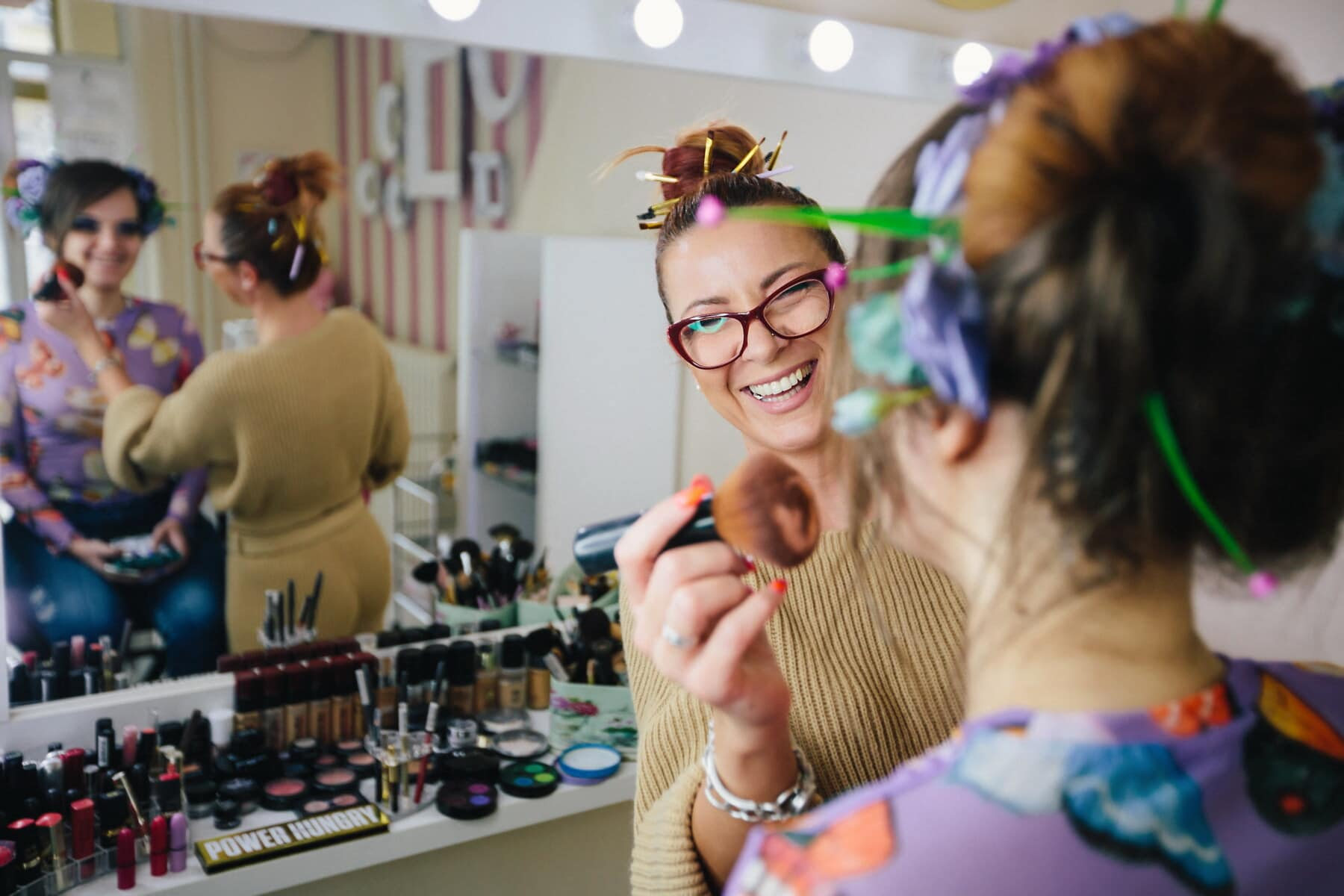 professionelle, Studio, Make-up, Friseur, Kunden, Lächeln auf den Lippen, Frauen, Krämer, Menschen, Frau