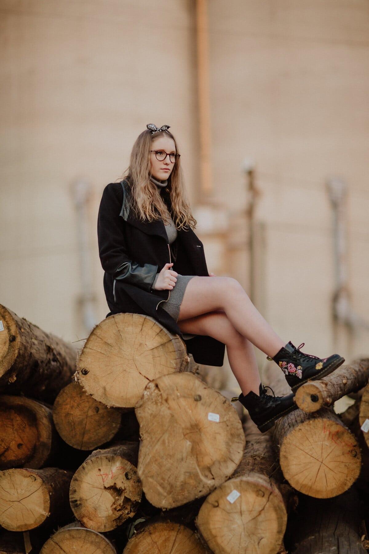 Teenager, hübsches mädchen, Holz, sitzen, Herbstsaison, Frau, Menschen, Mädchen, Mode, Porträt
