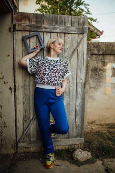 blonde Haare, junge Frau, posiert, aus Holz, Tür, Frame, Porträt, Mädchen, Frau, Mode