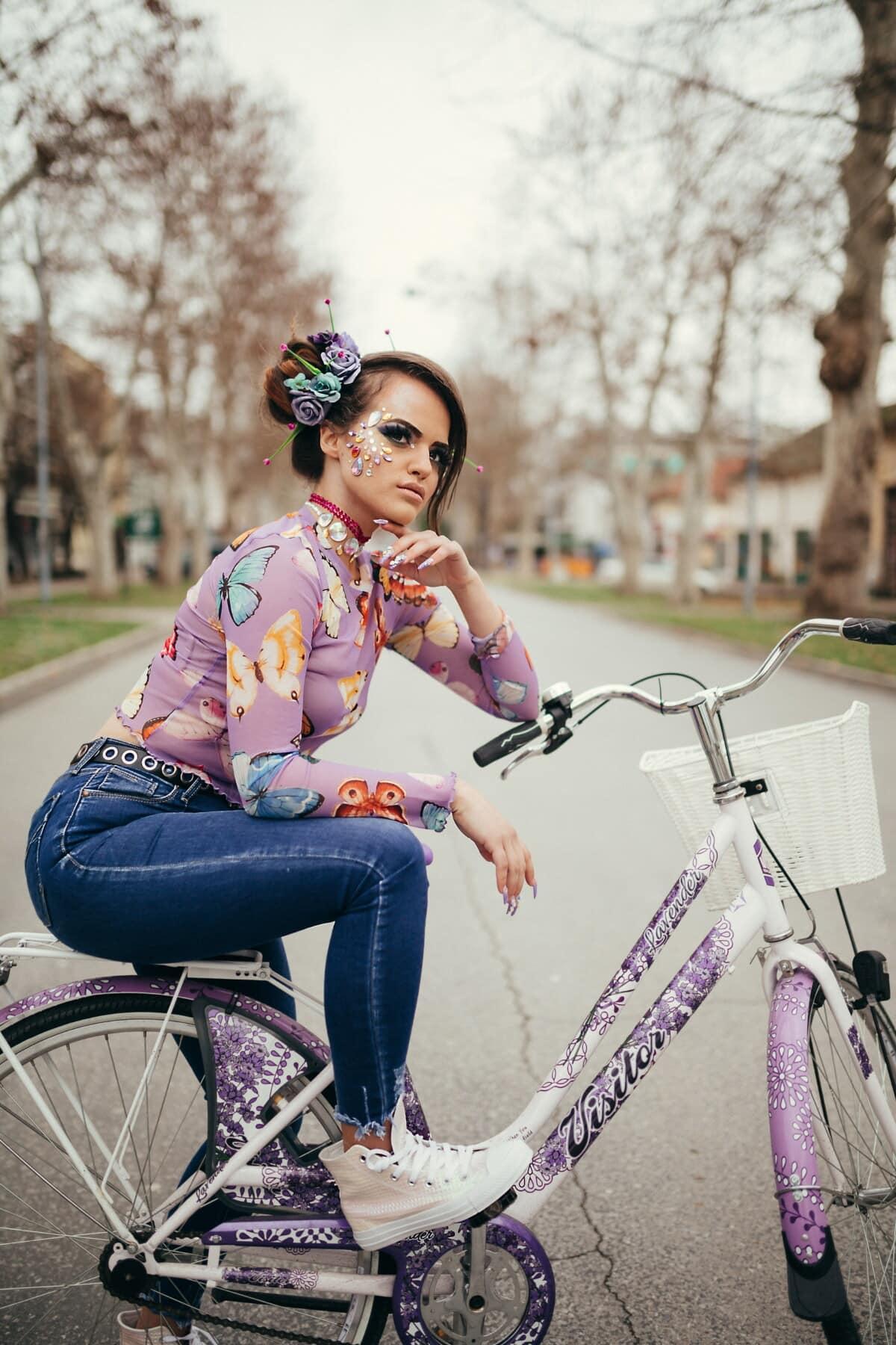hübsches mädchen, Fahrrad, Glanz, Lust auf, posiert, Kosmetik, Frisur, Outfit, Straße, Mädchen