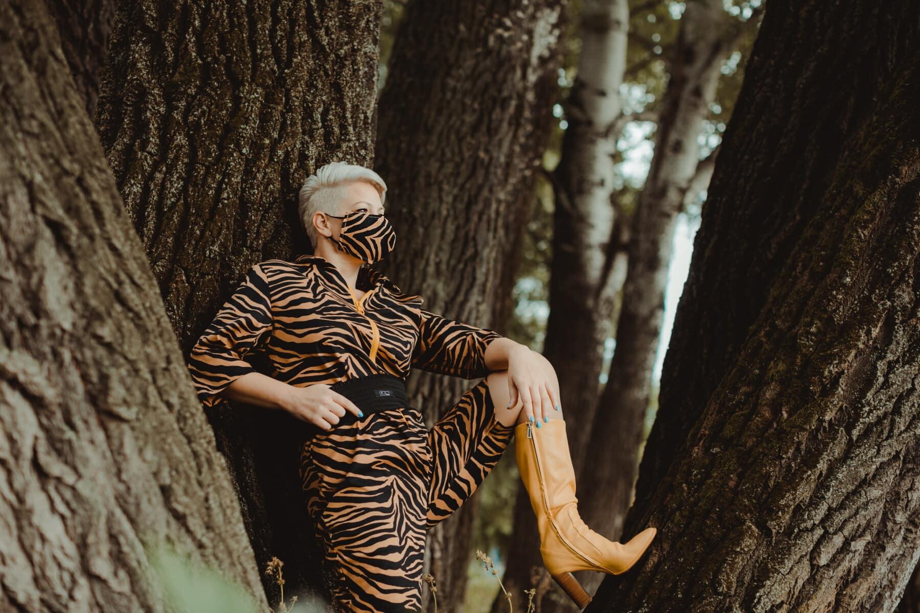 красива, млада жена, представляват, фото модел, маска за лице, инвентар, мода, камуфлаж, природата, дървен материал