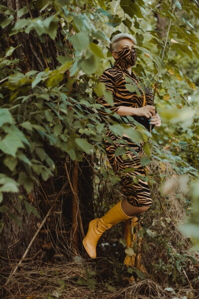 kamufláž, volný styl, móda, mladá žena, boty, žlutá, děvče, strom, dřevo, závod