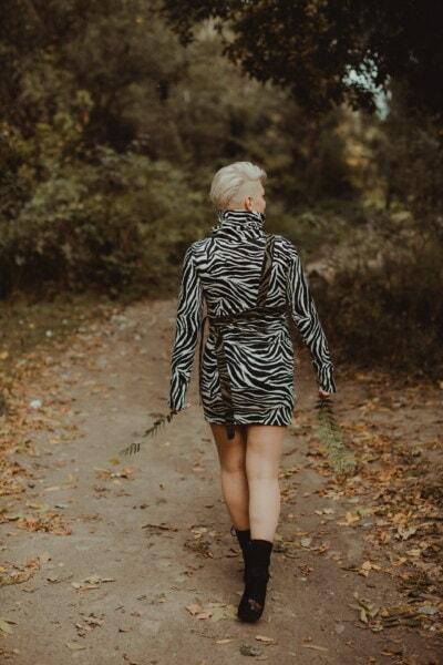 ung kvinna, gående, ensam, skogsstigen, flicka, porträtt, modell, mode, personer, kvinna