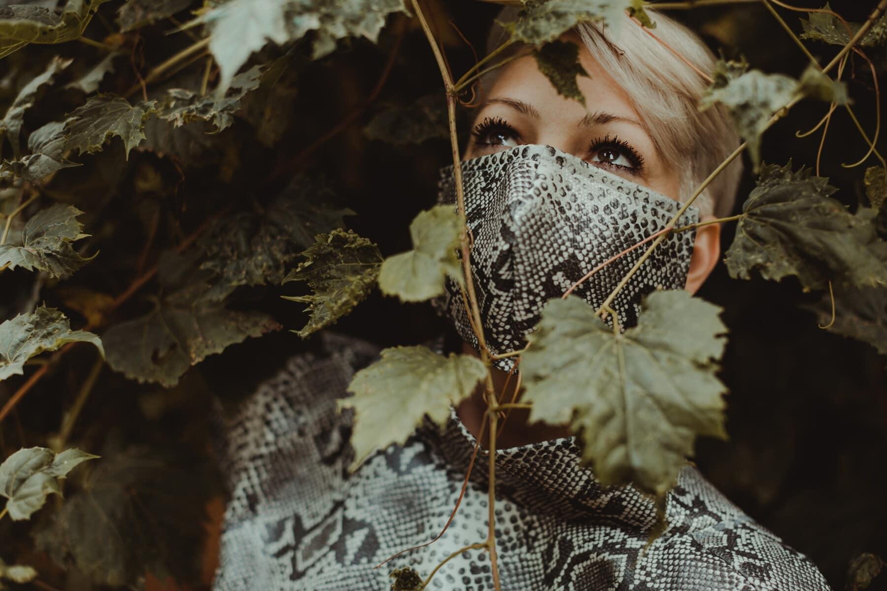 moderno, kamuflaža, dizajn, modni, stil, maska za lice, lijepa djevojka, poziranje, list, tamno