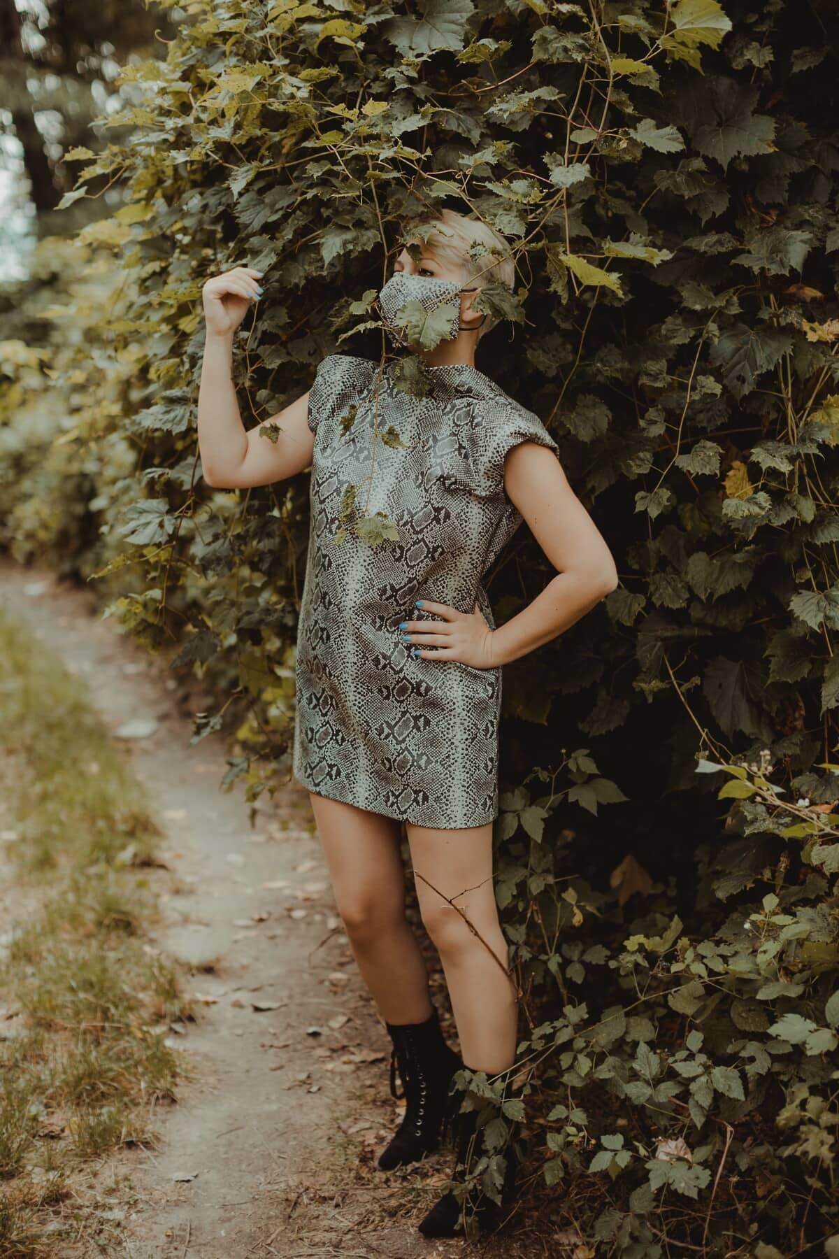 moderne, Rock, Design, Wald, Waldweg, posiert, hübsches mädchen, stehende, Mädchen, Modell