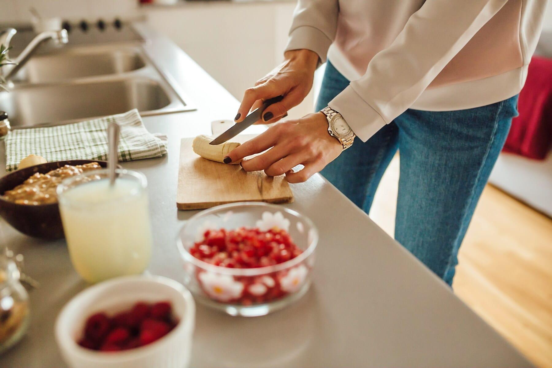 Scheiben, Banane, Messer, Obst, Frühstück, Bio, Vorbereitung, junge Frau, Essen, drinnen
