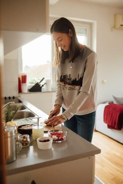 chef de file, cuisine, Jolie fille, cuisine, table de cuisine, préparation, le petit déjeuner, à l'intérieur, femme, cuisson au four