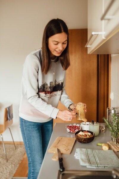 Brunette, adolescent, jeune femme, table de cuisine, cuisine, le petit déjeuner, préparation, femme, à l'intérieur, famille