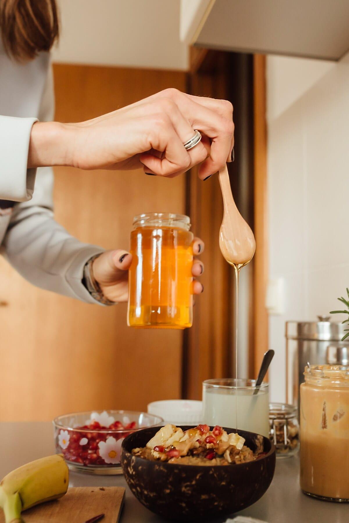 miel, pot, en bois, cuillère, cuisine, table de cuisine, à l'intérieur, le petit déjeuner, femme, maison