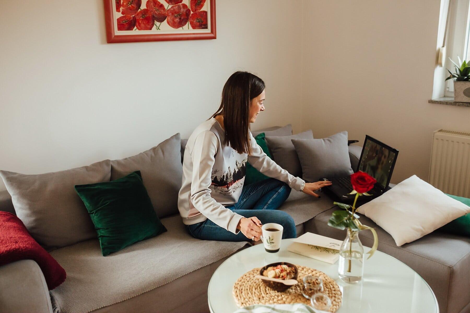 κούπα καφέ, νεαρή γυναίκα, φορητό υπολογιστή, απόλαυση, Σαλόνι, απασχόληση, εργασίας, Αρχική σελίδα, σε εσωτερικούς χώρους, Δωμάτιο
