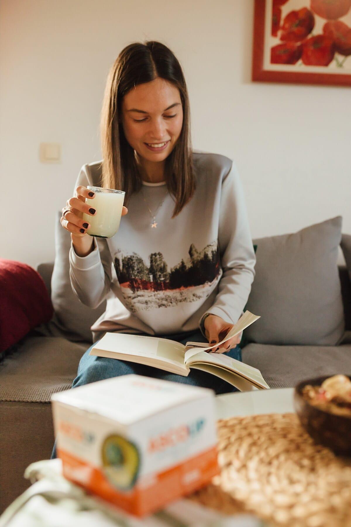 Jolie fille, Brunette, limonade, consommation d'alcool, boisson, livre, lecture, à l'intérieur, femme, aube