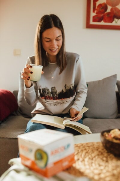 Smuk pige, brunette, saftevand, drikke, drik, bog, læsning, indendørs, kvinde, daggry