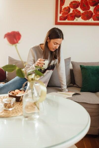 mlada žena, čitanje, knjiga, piti, limunada, voćni sok, žena, unutarnji prostor, stol, cvijet