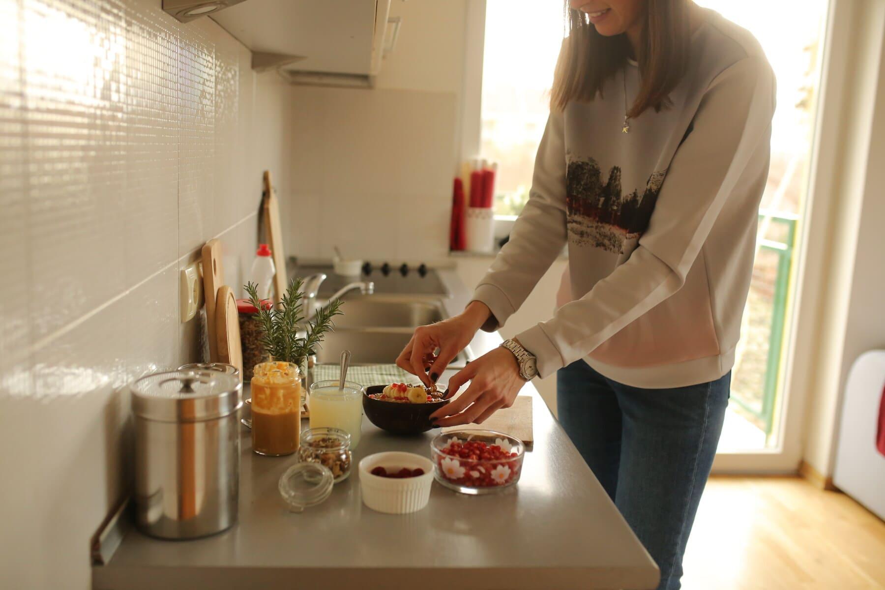 Vorbereitung, gesund, Frühstück, Banane, Müsli, Beeren, junge Frau, inländische, drinnen, Kochen