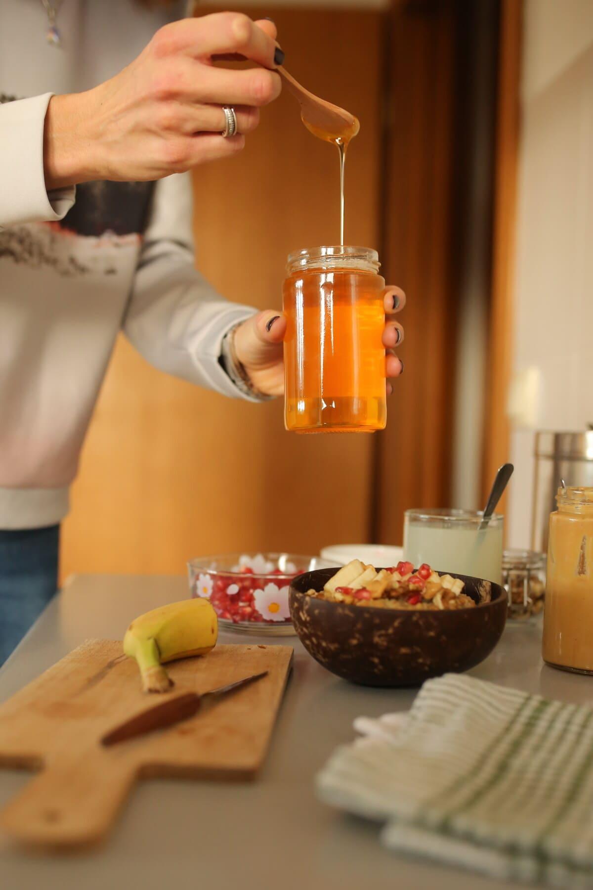 pot, miel, cuillère, en bois, table de cuisine, cuisine, à l'intérieur, couteau, le petit déjeuner, maison