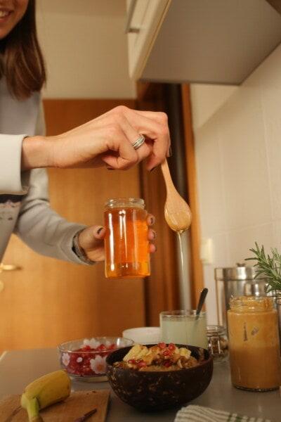 Essen, Glas, Honig, gesund, Küchentisch, Küche, drinnen, Frau, Frühstück, Dämmerung