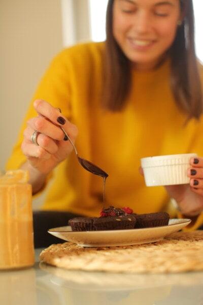 chocolat, chaud, liquide, jeune femme, femme, à l'intérieur, le petit déjeuner, alimentaire, jouissance, délicieux
