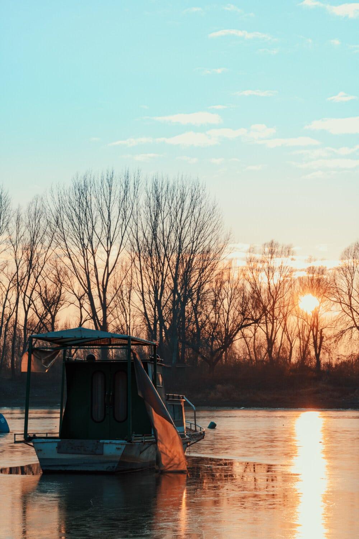 fiskebåt, fiskarter, soluppgång, solstrålar, solen, vatten, fiskaren, båt, skjul, sjön