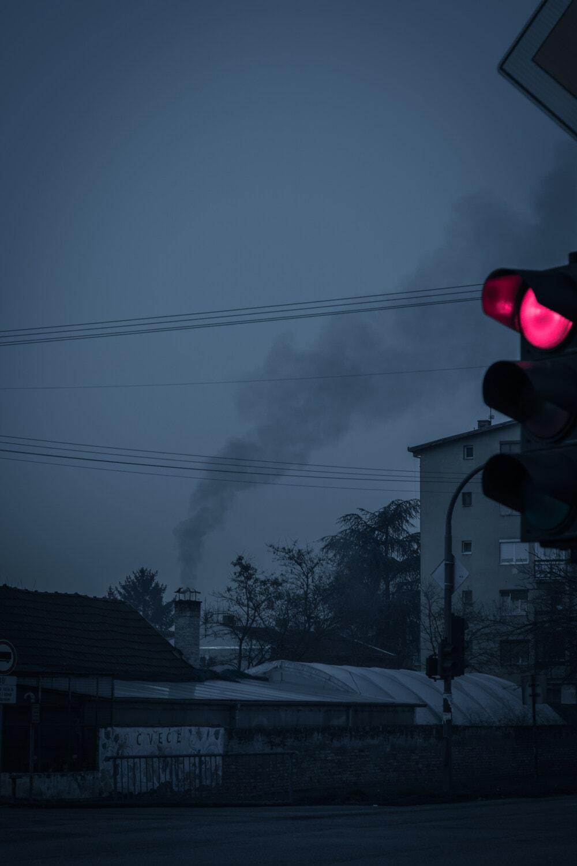 fumée, cheminée, smog, soirée, Carrefour, nuit, sémaphore, feu de circulation, contrôle de la circulation, équipement