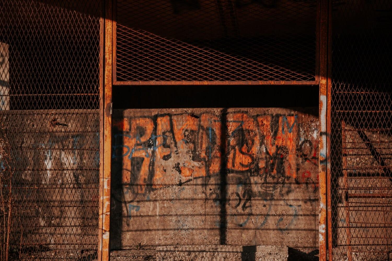 verlassen, Graffiti, Wand, Zaun, Barriere, alt, Dunkel, dreckig, Architektur, Retro
