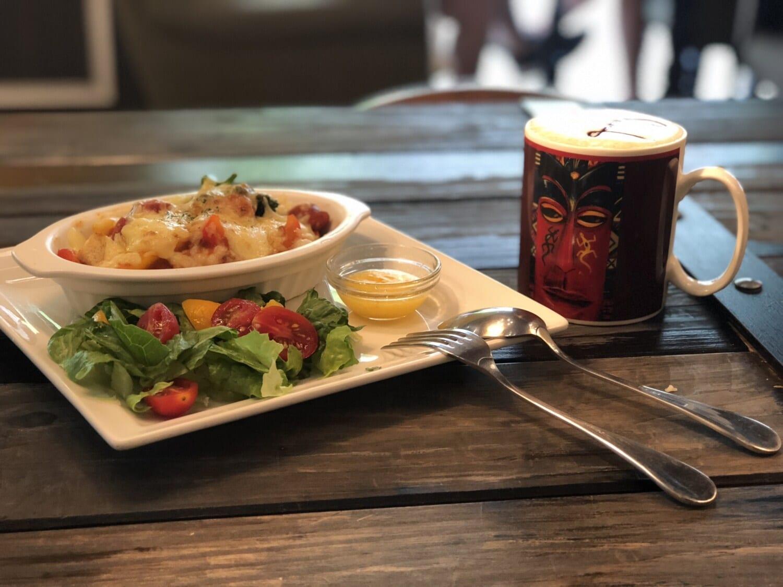coffee mug, food, lettuce, tomato, salad, lunch, meal, dinner, breakfast, plate
