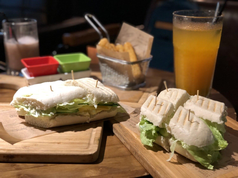 Vegetarier, Sandwich, Fast-food, Burger, Burrito, Frucht-cocktail, Salat, Fruchtsaft, Restaurant, Gericht