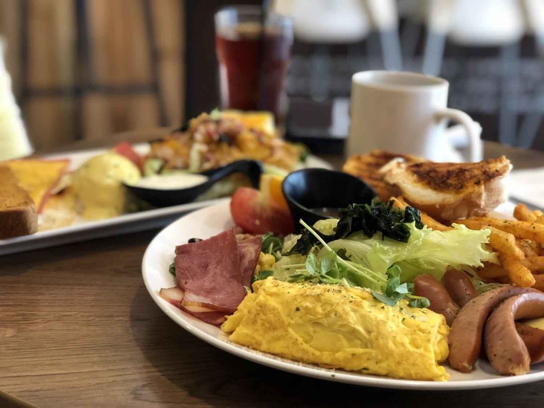 μπέικον, τηγανητές πατάτες, λουκάνικο, πρωινό, σαλάμι αέρος, Σαλάτα, μαρούλι, δείπνο, κρέας, μεσημεριανό γεύμα