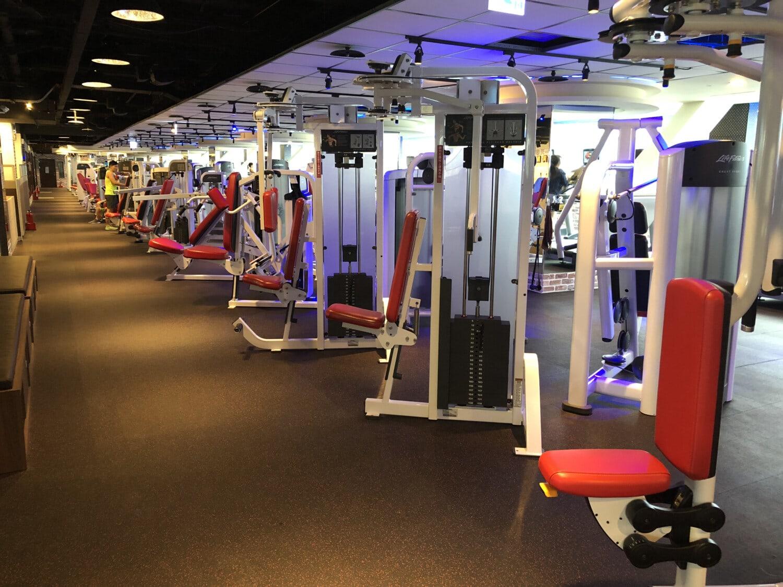 Fitness-Studio, Maschine, moderne, Ausrüstung, Hantel, Gewichtung, Fitness, Club, drinnen, Zimmer