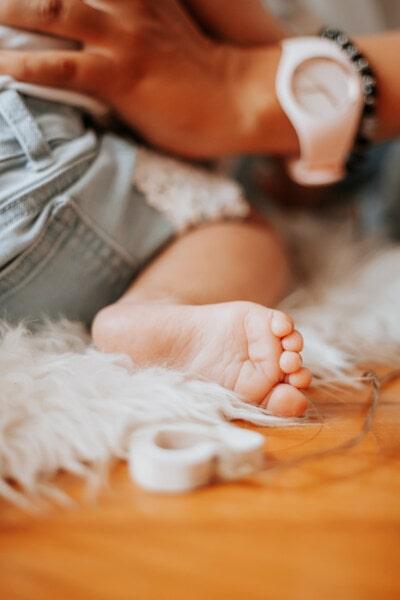 เท้า, เด็กวัยหัดเดิน, เท้าเปล่า, การดูแล, ครอบครัว, มือ, ในที่ร่ม, ผิว, เด็ก, สัมผัส
