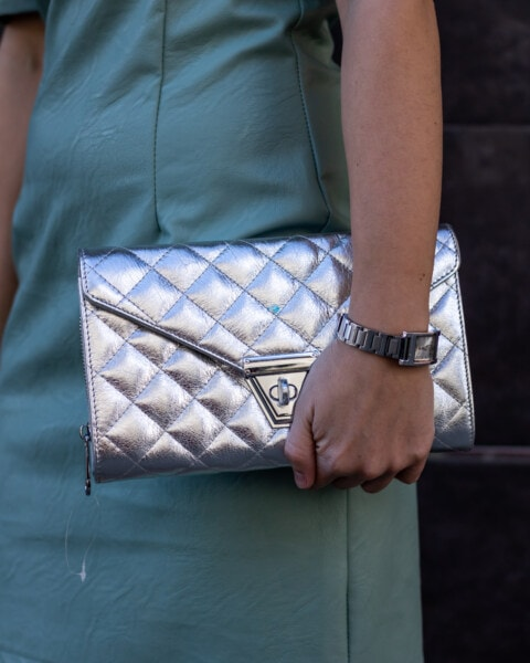 ส่องแสง, กระเป๋าถือ, สีเทา, การแต่งกาย, แฟชั่น, หนัง, มีราคาแพง, นาฬิกาข้อมือ, สีเงิน, ผู้หญิง