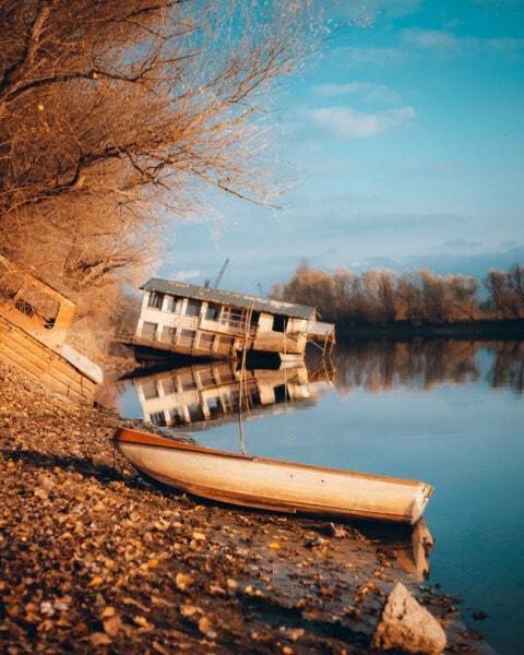 remise à bateaux, bateaux, bateau, épave, plaine d'inondation, carie, contre les inondations, abandonné, coucher de soleil, rivière