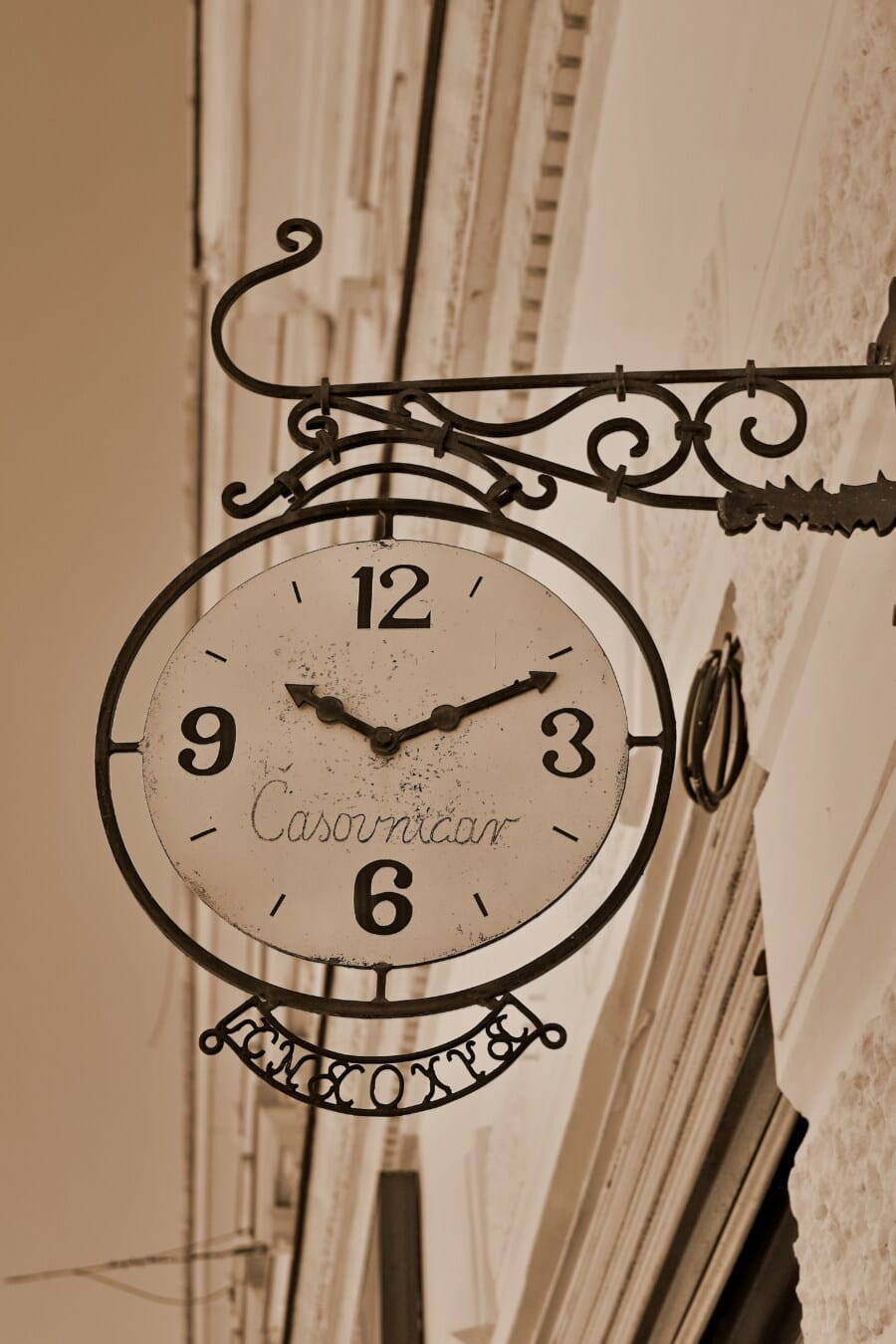 staromódní, analogové hodiny, zeď, předsazení, ulice, rozpad, ročník, historické, hodina, čas