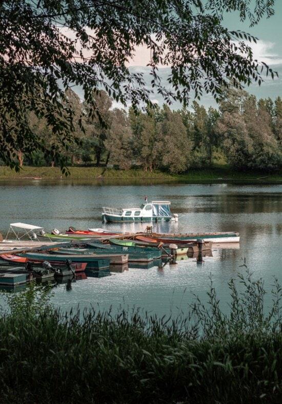 boten, motorboot, pier, oever van de rivier, Vakantiegebied, water, boot, meer, rivier, reflectie