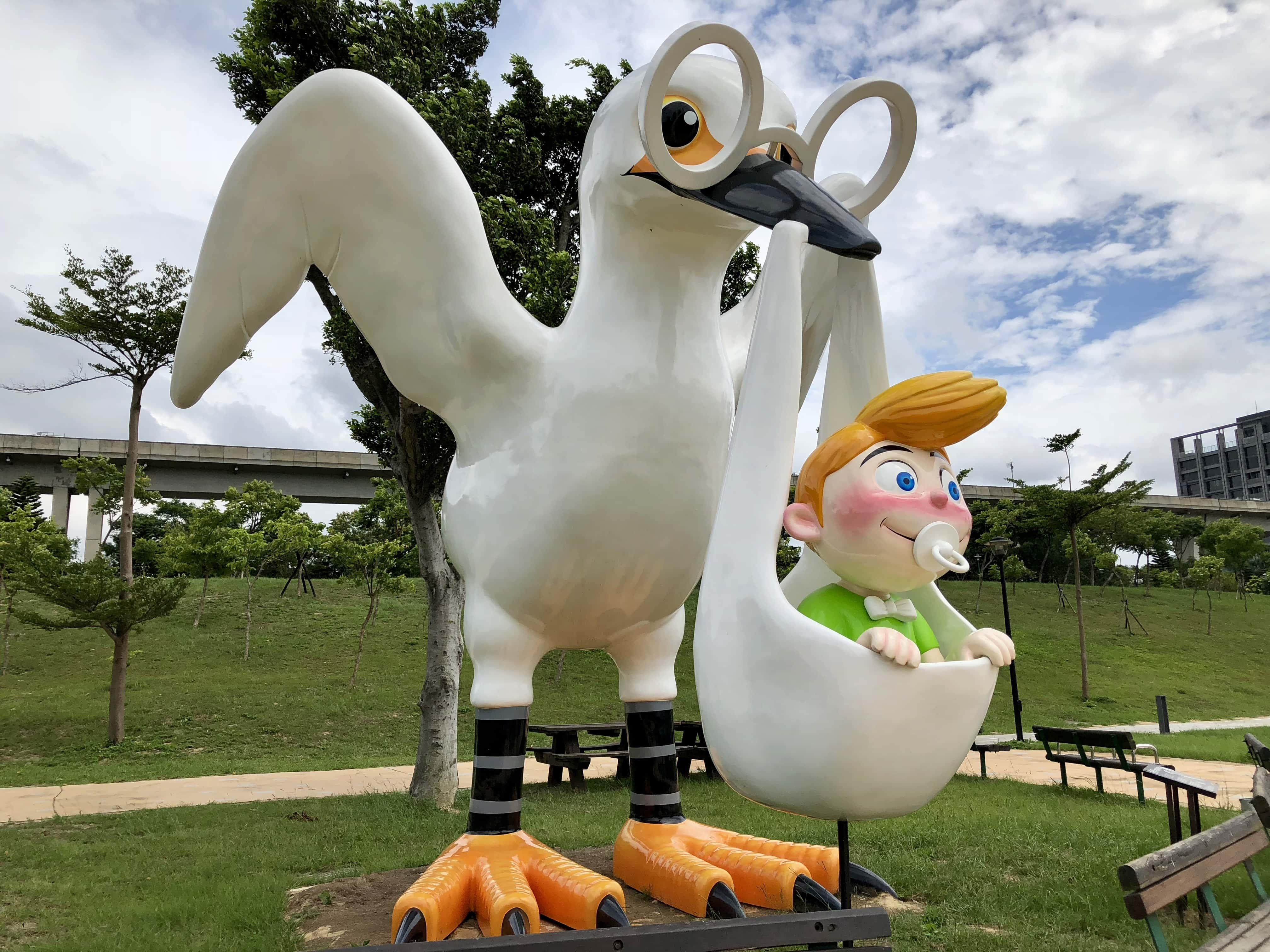 フリー写真画像 遊び場 鳥 プラスチック 赤ちゃん おもちゃ 面白い マスコット 彫刻 動物 アート