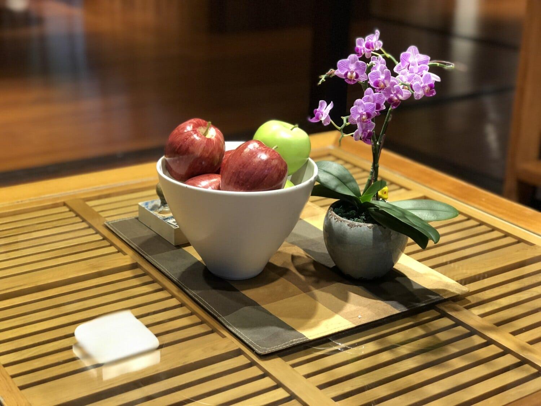pommes, bol, Orchid, pot de fleurs, pomme, design d'intérieur, à l'intérieur, bois, table, le petit déjeuner