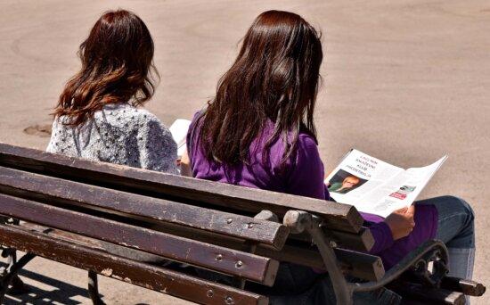 giovane donna, Giornale, lettura, rilassamento, Panca, ragazza, donna, persone, sedersi, formazione