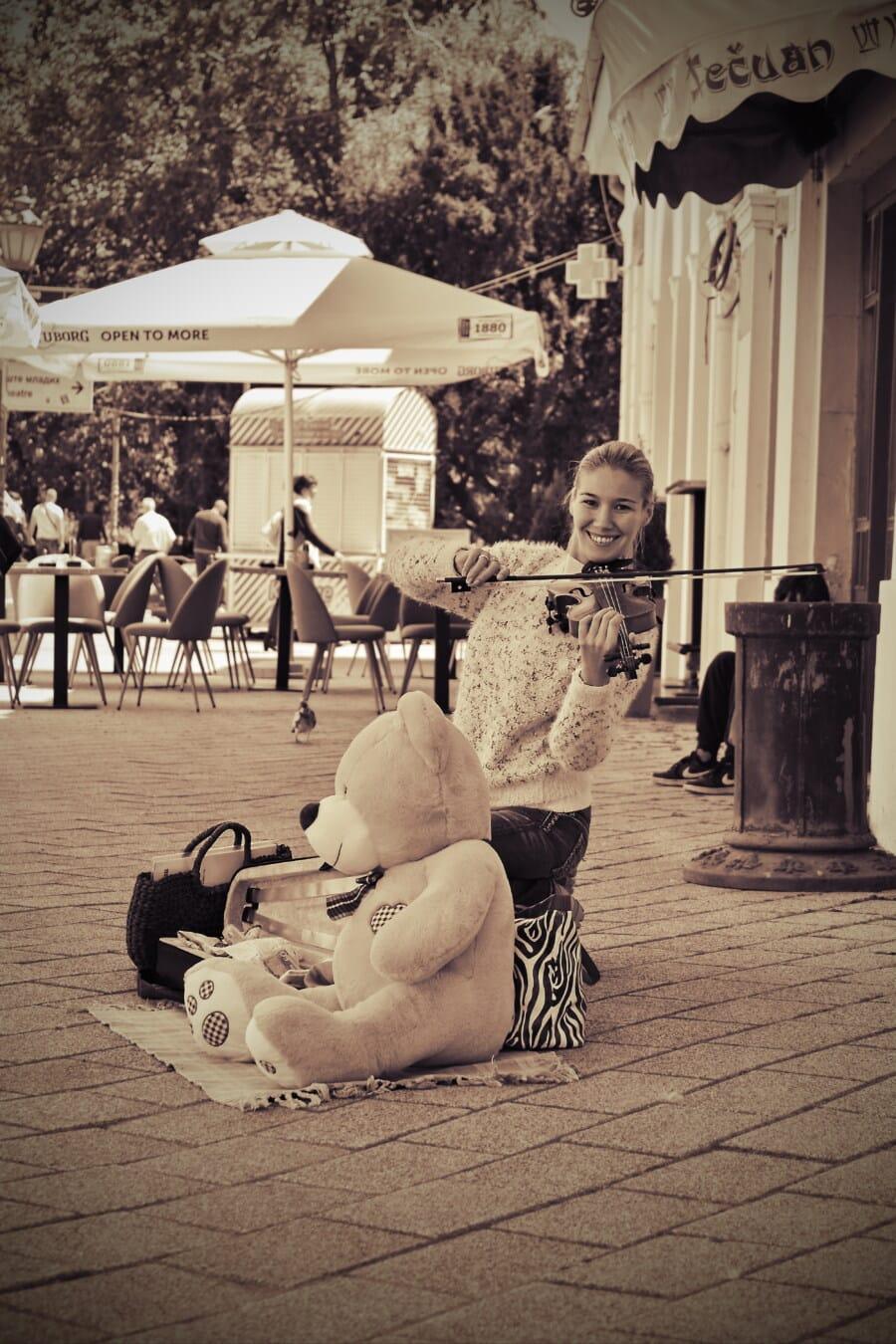 violon, jeune femme, Jolie fille, ours en peluche, artiste, rue, souriant, nostalgie, bonheur, musique