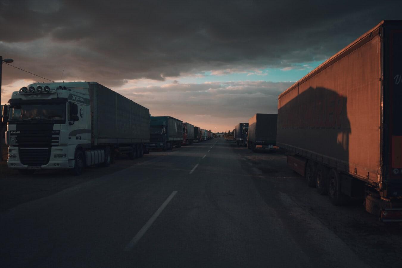 грузовик, груз, дорога, охраняемая автостоянка, Отгрузка, контейнерные перевозки, Логистика, Трейлер, улица, транспортное средство