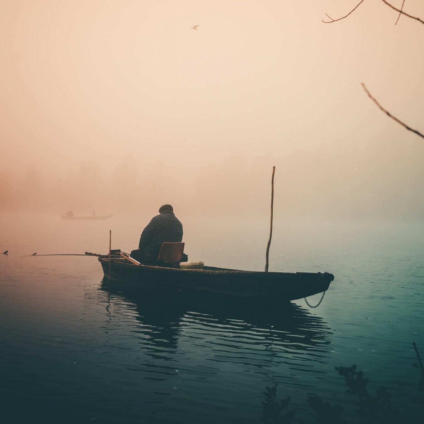Fischer, Angelboot/Fischerboot, Angeln, Dämmerung, neblig, Kälte, Herbst, Wasser, Horizont, Dämmerung