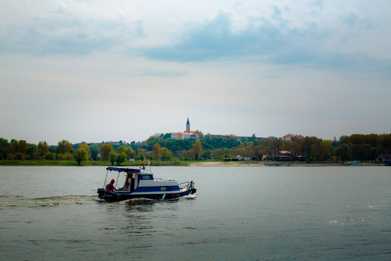 Motorboot, Fischer, Angelboot/Fischerboot, Kreuzfahrt, Transport, Reisen, Reise, Reisende, Erholung, Fluss