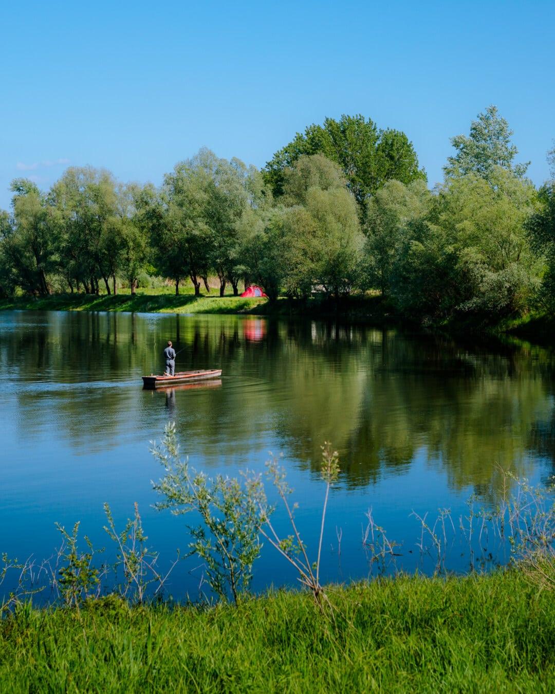 Fischer, Angelboot/Fischerboot, Angelrute, Angeln, am See, Frühling, ruhig, majestätisch, Wasser, Ufer