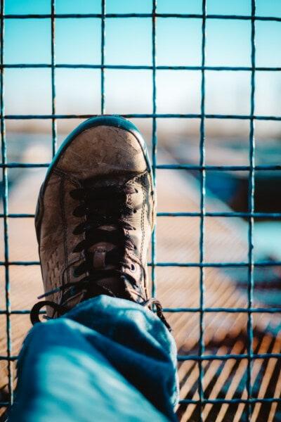 μαύρο, Πάνινα παπούτσια, βρώμικο, υποδήματα, δέρμα, φράχτη, καλώδια, σε εξωτερικούς χώρους, σύρμα, άνθρωπος