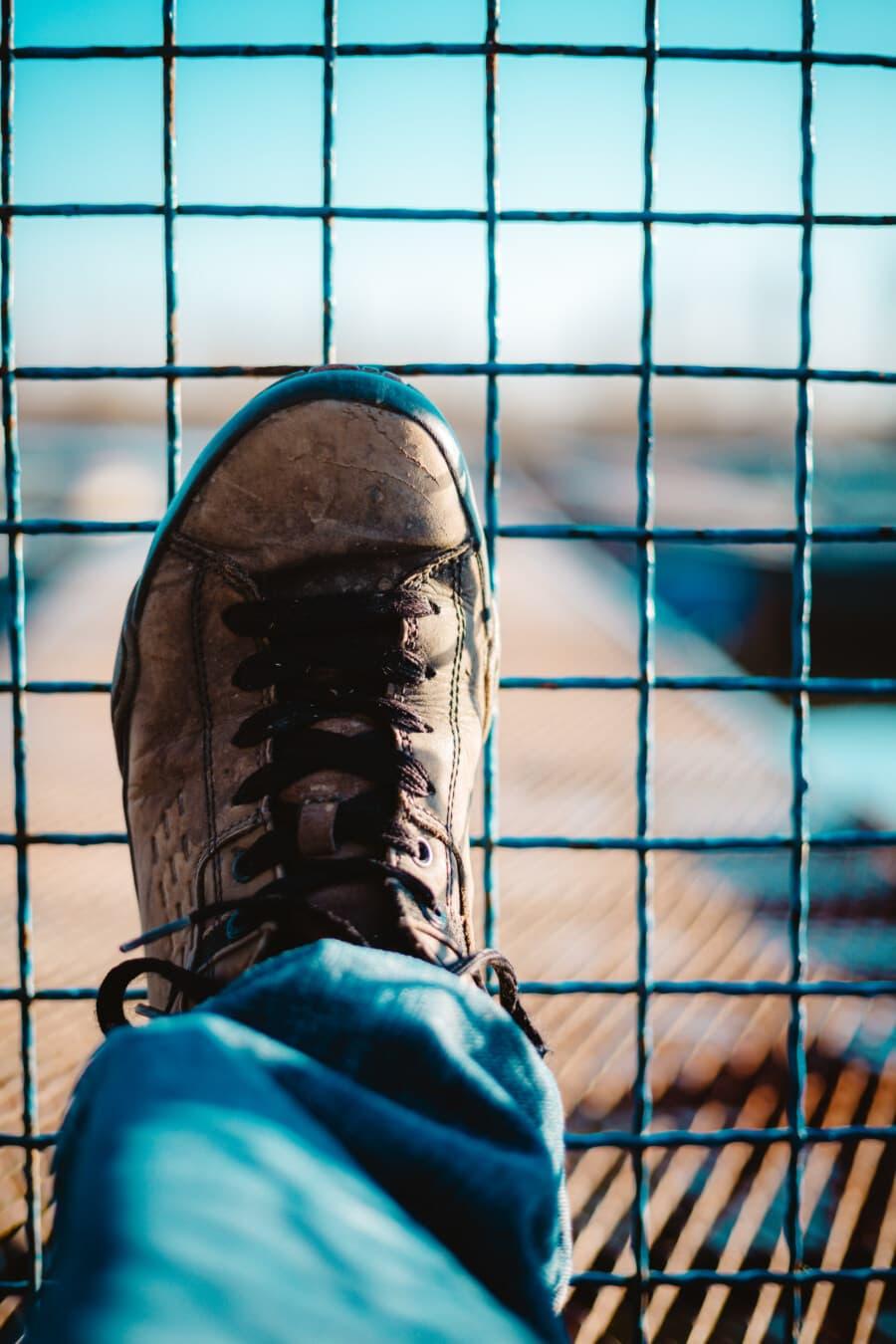 noir, chaussures de sport, sale, chaussures, en cuir, clôture, fils, à l'extérieur, fil, homme